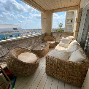 למכירה, דירה משופצת במרינה עם נוף לים